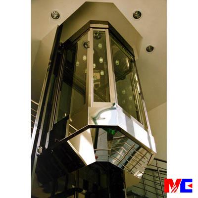 默信MC液压观光电梯在设计风格上坚持艺术与科技的完美结合,从轿厢外观可塑性、选材用料、颜色搭配等方面为用户提供广阔的选择空间。默信MC液压观光电梯的制造流程中都建立起一套SoildWorks 3D模型,确保生产的每一个环节准确到位。MC液压观光电梯已广泛应用于住宅区、商务楼、酒店、购物中心、机场、车站等不同公共场所。用户选择默信MC,我们努力打造时代精品。  默信MC液压观光电梯性能优势  默信MC液压观光电梯可根据用户要求选择180度或360度全景玻璃观光轿厢,并可提供艺术造型设计,根据用户要求,量身